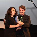 Kamilla Kurmabenkova - preberá ocenenie Modrý anjel za najlepšiu réžiu (EMIR BAJGAZIN - RANENÝ ANJEL)