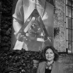 Herečka Emília Vášáryová pri fotografii sestry Magdy Vášáryovej